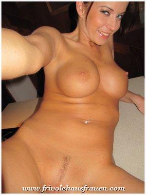 riesige silikonbrüste nackt unterm mantel